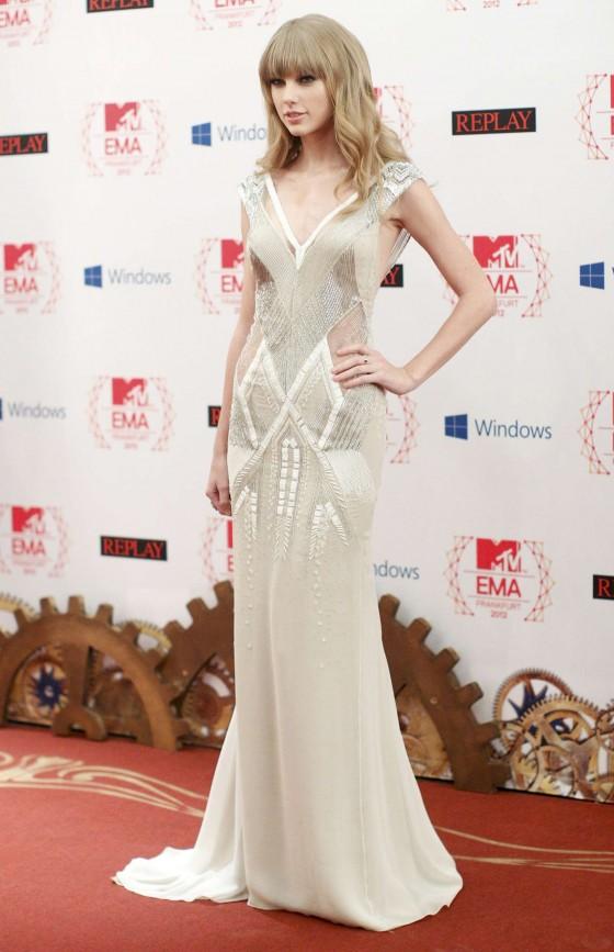 Se quiser chamar a atenção pela elegância e classe, esse vestido é ideal, além de ter detalhes em prata é sutilmente sexy pela transparência. A cara do Réveillon.